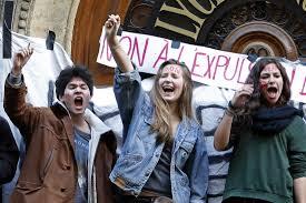 """Parigi di nuovo in piazza. Il """"caso Leonarda"""" fa tremare Valls"""
